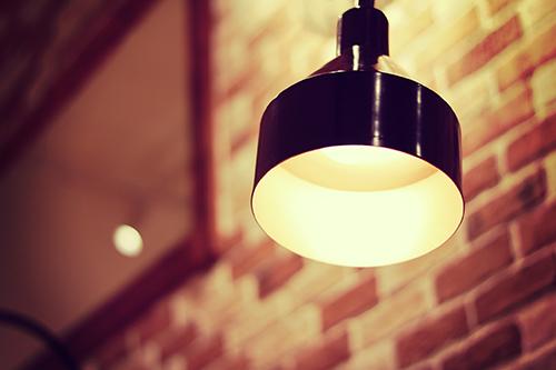 部屋をやさしく照らすペンダントライトのフリー写真素材(商用可)