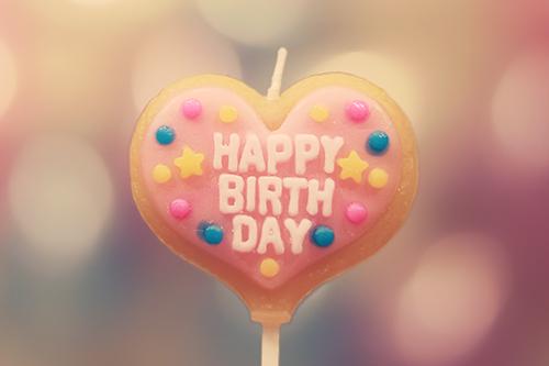 オシャレな誕生日画像:ハートのHAPPY BIRTHDAYキャンドルのフリー写真素材(商用可)