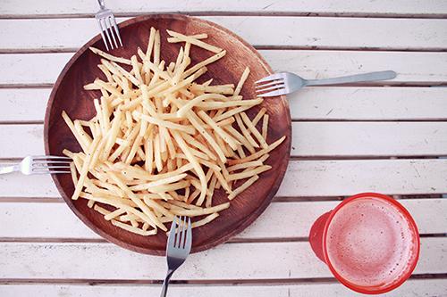 外で食べるといちだんと美味しくなるポテトとビール🍺のフリー写真素材(商用可)