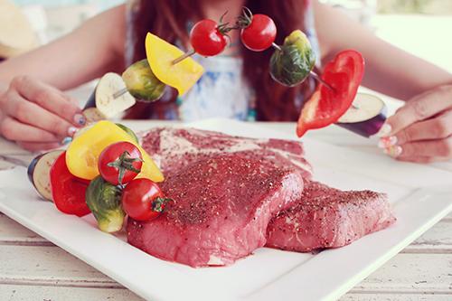 バーベキューで串刺しした野菜とポップコーンのフリー写真素材(商用可)