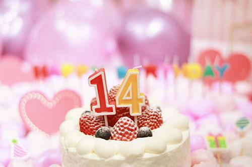 オシャレな誕生日画像:可愛いケーキとキャンドルでお祝い〜13歳編〜のフリー写真素材(商用可)
