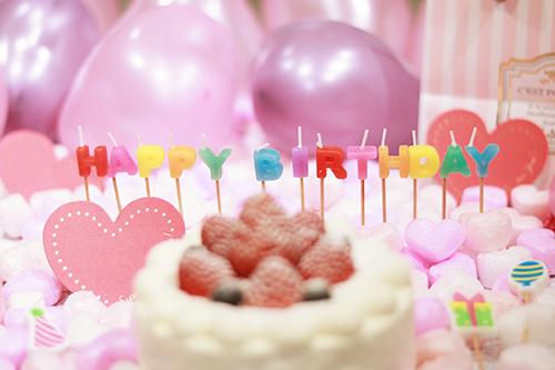 オシャレな誕生日画像:可愛いHAPPY BIRTHDAYキャンドルとケーキのフリー写真素材(商用可)