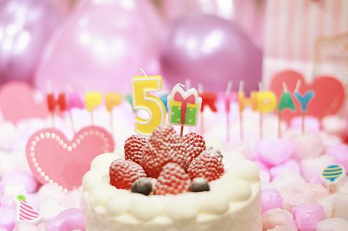 オシャレな誕生日画像:可愛いケーキとキャンドルでお祝い〜5?歳編〜のフリー写真素材(商用可)