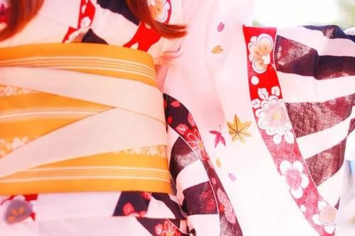 帯をななめ折りにアレンジして前からも可愛い浴衣姿のフリー写真素材(商用可)