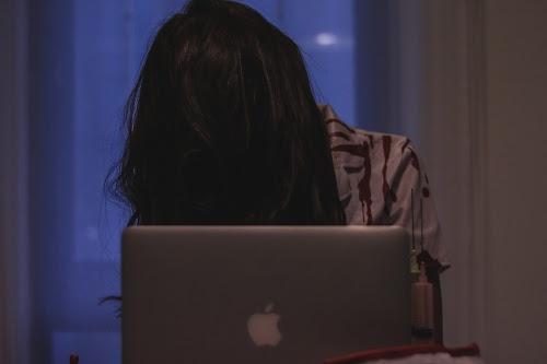 ゾンビになってまで激務に終われる大忙しなナースの女の子のフリー写真素材(商用可)