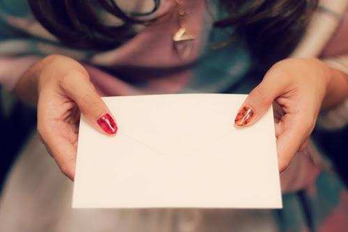 ドキドキ緊張しながら♡手紙を差し出す女の子のフリー写真素材(商用可)