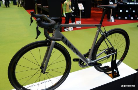 Canyon Ultimate CF SLX complete with Zipp 303s looking very good indeed