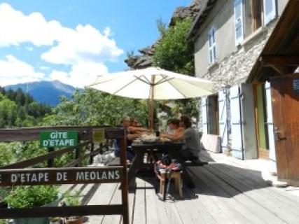 repas sur la terrasse du gîte de méoans à barcelonnette