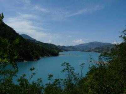 le lac de serre ponçon en ubaye