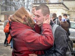 Tânărul pleacă la armată binecuvântat de bunica