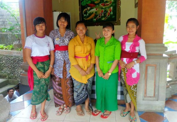 Image of colourful, tradtionally dressed Balinese girls