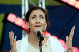Franco-Colombian Politician Ingrid Betancourt addresses to the audience during a concert in celebration of Colombia's independence day and to support a march against kidnapping at Trocadero plaza near the Eiffel Tower in Paris, Sunday, July 20, 2008. (AP Photo/Francois Mori)