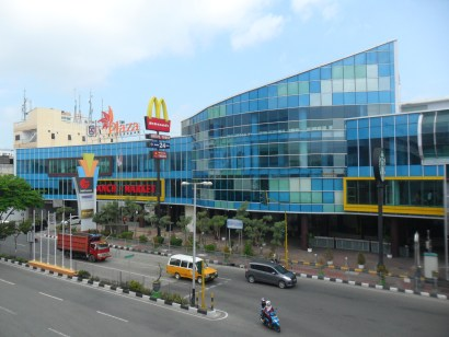 The Plaza Balikpapan shopping mall in downtown Balikpapan, pictured in 2012. (Arief Rahman Saan, via Wikimedia Commons)