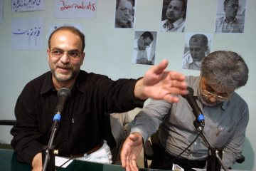 epa000246289 Iranian banned journalists Shamsol Vaezin (L) and Issa Saharkhiz (R) at a protest gathering by pressmen on Saturday 07 August 2004 at Iran?s Press Association in Tehran. Some 150 Iranian journalists, some wearing black armbands, attended the mourning ceremony on Saturday for reformist newspapers closed in a press crackdown by the hardline judiciary. The Association for Press Freedom said almost 100 publications have been closed and nearly 20 journalists and publishers jailed in recent months.  EPA/Abedin Taherkenareh