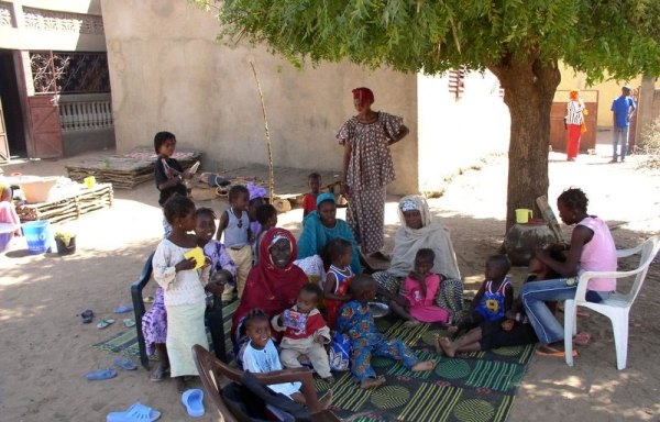 Mothers and children gather under the cool shadow of the tree (Kanel, Sénégal). Photo by Giel F.