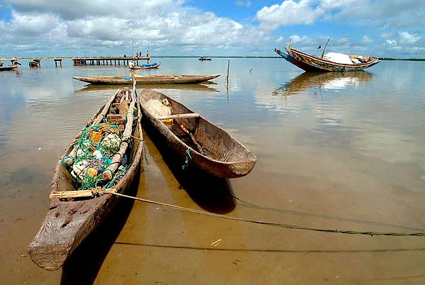 Cayuco en Ziguinchor, Senegal. Photo by Jpereira.