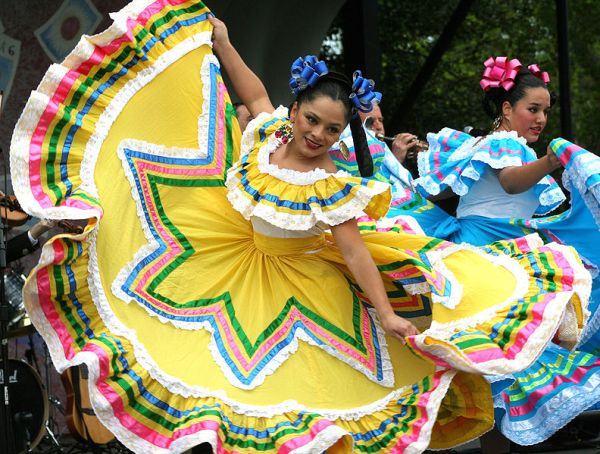Cinco de Mayo dancers. Photo by dbking.