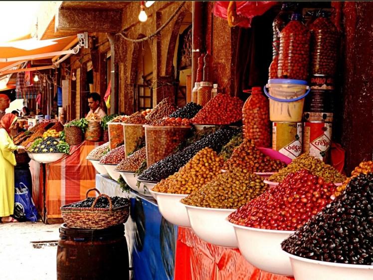 Mercato in una tipica via di Meknes