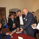 Tomasz Zubilewicz podpisuje upominki dla Uczestników Forum