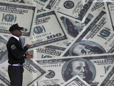 الدولار يتفوق على العملات والذهب بشكل مؤقت بواسطة Investing.com