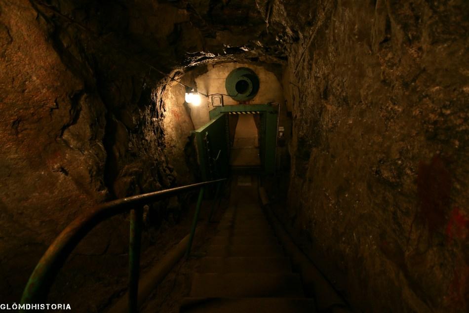 För att komma till pjäserna finns stora tunnelsystem för att ta sig dit ,här har man nyss passerat stötvågsgränsen.