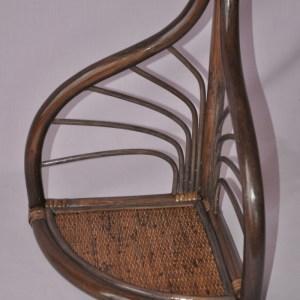 Ratanová polička vyrobená z přírodního ratanu. Poličku je možné zavěsit nebo i postavit do rohu.