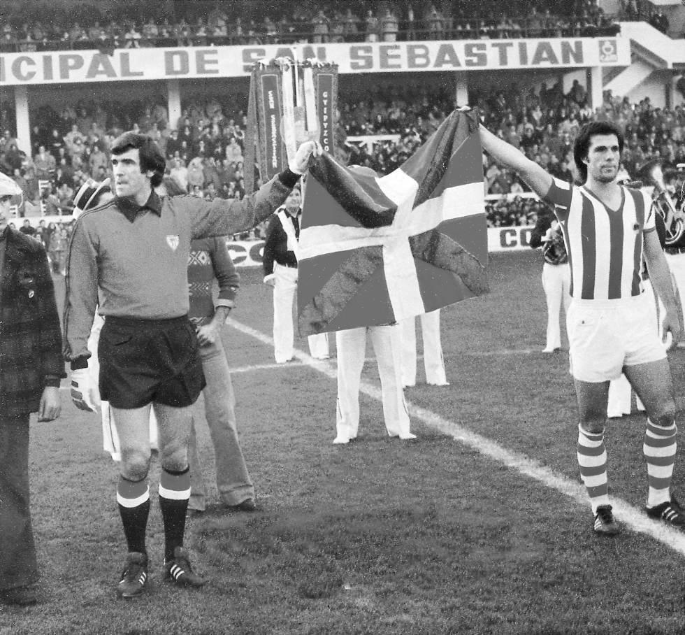 Bilbao captain, Jose Angel Iribar and the Sociedad captain, Inaxio Kortabarria carrying Basque national flag.