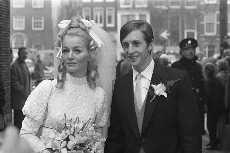 800px-Johan_Cruijff_en_Danny_Coster_op_hun_huwelijksdag