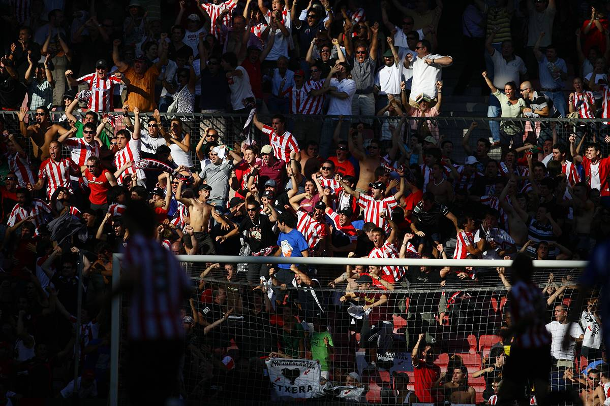 AUGUST 30, 2009 - Football : Athletic fans waves during the La Liga match between Athletic Club and RCD Espanyol at the San Mames on August 30, 2009 in Bilbao, Spain. (Photo by Tsutomu Takasu)