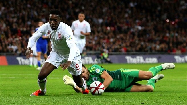 Simoncini in a battle with English striker Danny Welbeck