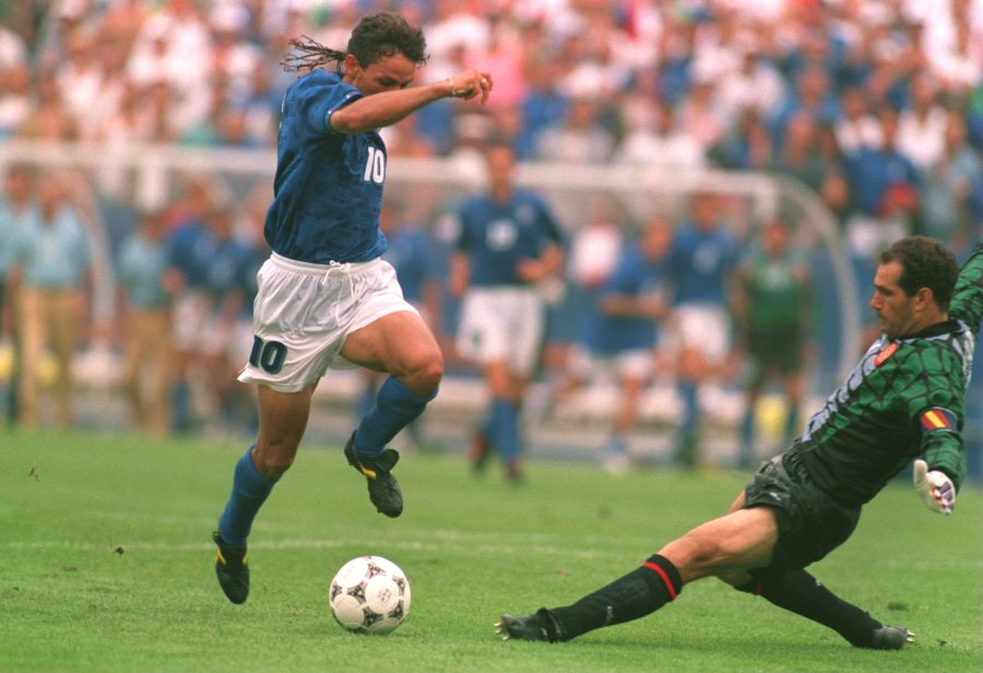 9 JUL 1994: ROBERTO BAGGIO SLIPS PAST ZUBZARETA ON HIS WAY TO SCORING THE GAME WINNING GOAL AGAINST SPAIN DURING THE1994 WORLD CUP QUARTERFINAL MATCH AT THE FOXBORO STADIUM IN MASSACHUSETTS. ITALY W0N 2-1. Mandatory Credit: Simon Bruty/ALLSPORT
