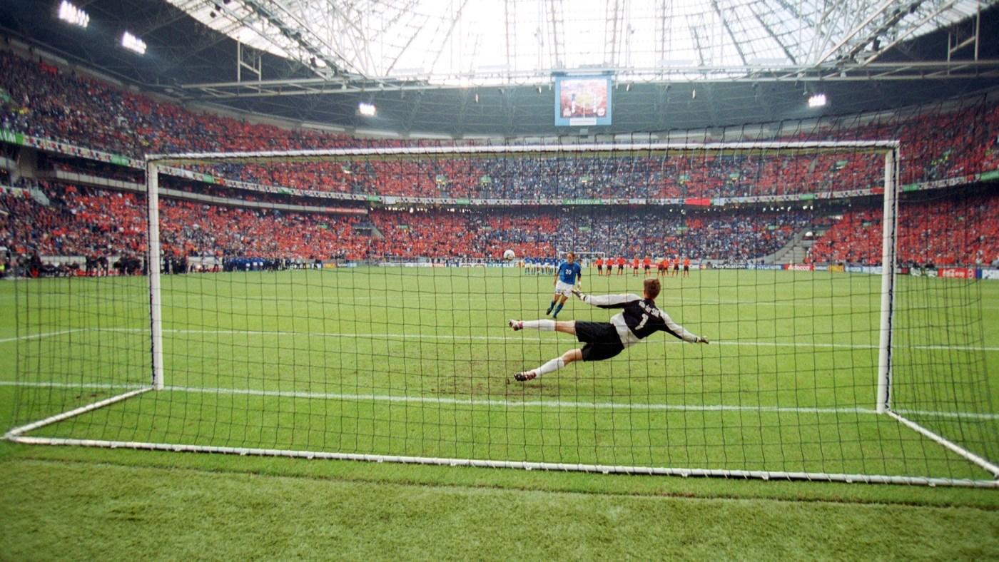 AMSTERDAM, NETHERLANDS - JUNE 29: EURO 2000, Amsterdam; HALBFINALE: ITALIEN - HOLLAND (ITA - HOL) 3:1 n.E.; Francesco TOTTI/ITA verwandelt Elfmeter gegen Edwin VAN DER SAR/HOL (Photo by Henri Szwarc/Bongarts/Getty Images)