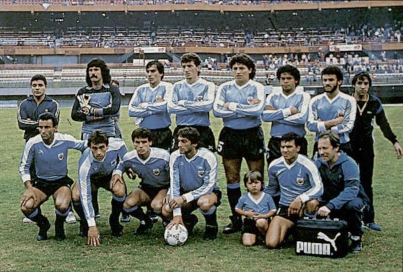 Uruguay champion of América (1987 *again in only 1 country: Argentina) Standing: E. Pereira, Obdulio Trasante, N. Gutiérrez, José Perdomo, José Pintos, Alfonso Domínguez. Kneeling: A. Alzamendi, Gustavo Matosas, P. Bengoechea, E. Francescoli, Rubén Sosa.