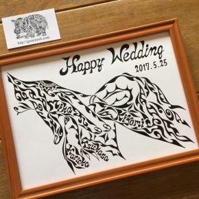 ご結婚のお祝いや贈り物に人気のデザイン!繋ぐ手をモチーフにした名前入りのオーダーメイドの絵