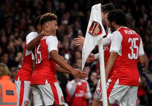 LONDON, ENGLAND - OCTOBER 25: Alex Oxlade-Chamberlain of Arsenal (L) celebrates scoring his sides first goal with his team mates during the EFL Cup fourth round match between Arsenal and Reading at Emirates Stadium on October 25, 2016 in London, England.  (Photo by Michael Regan/Getty Images)