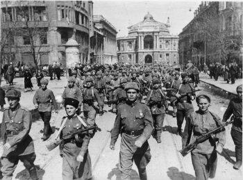 Советские войска вступают в освобожденную Одессу