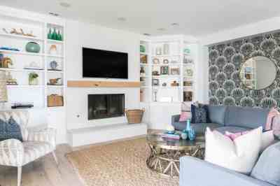 Coastal Living Room With Seashell Wallpaper And Built In Bookcases #50011 | House Decoration Ideas