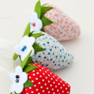 These adorable strawberry pincushions by Down Grapevine Lane remind me of springtime. What a great way to use up your favorite scrap fabrics. -Sewtorial