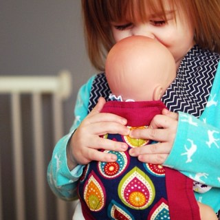 "Have a little one who loves to ""play mommy""? This playtime little baby carrier by The Crazy Tailor makes pretending almost like the real thing. -Sewtorial"