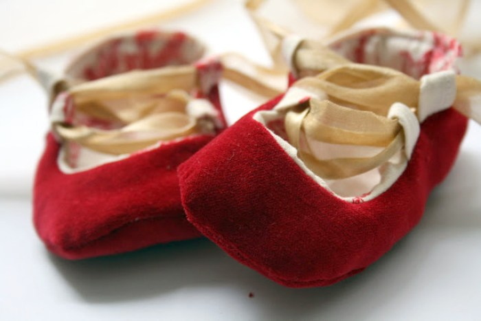 http://www.mesewcrazy.com/2010/12/baby-ballet-shoes-tutorial.html