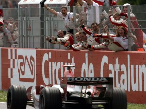 Sato crosses the line at Barcelona to score Super Aguri's first point, to the delight of the team.