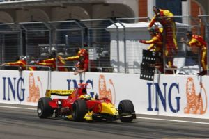 Di Grassi takes victory in the 2009 GP2 Istanbul Sprint, his first of the season. (GP2 Media Service)