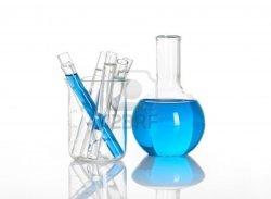 13901010-chimique-avec-un-ballon-de-tubes-bleus-de-tests-de-laboratoire-a-l-39-interieur-isole