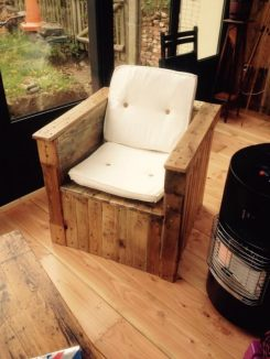 1001pallets.com-pallet-armchair-with-storage-for-the-blanket-during-winter-evenings-2-600x800