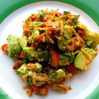 Avocado- og gulerodssalat med sesamfrø