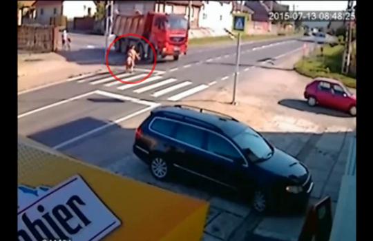 【グロ注意】右折するトラックに轢き殺される母娘・・・ ※閲覧注意