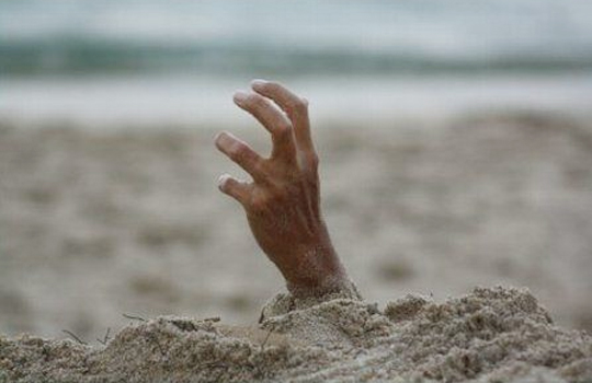 【閲覧注意】人間を大量に生き埋めにする映像怖すぎる・・・