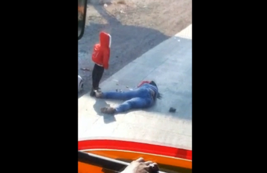 【胸糞注意】事故死して倒れてる母親の横で立ったまま泣き続ける子供・・・