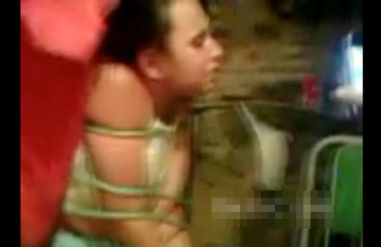 【グロ拷問】縛った美女を男2人で殴り続ける拷問動画