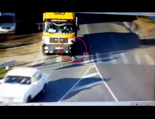 【死亡事故】トラックの死角に入った女性・・・ゆ~っくり轢き殺される・・・